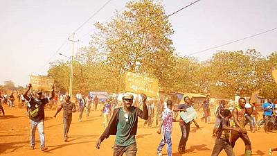 Guinée : une vidéo amateure montre des policiers qui se servent d'une femme comme bouclier humain