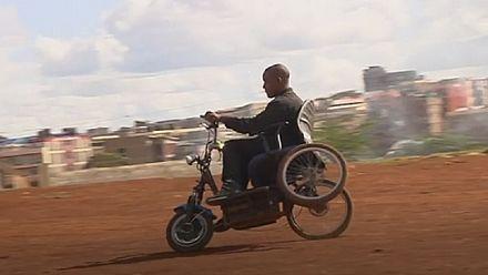 Un Kényan conçoit un fauteuil roulant à partir de pièces recyclées