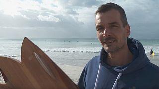 Protection de l'environnement : un Sud-Africain fabrique des planches de surf en bois [No Comment]