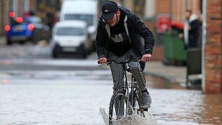 Des inondations au Royaume-Uni après la tempête Dennis [No Comment]