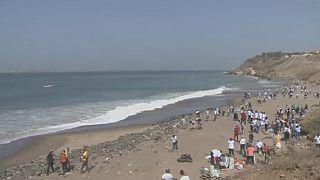 Des bénévoles à Dakar nettoient une plage jonchée de déchets médicaux dangereux