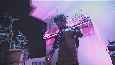 Égypte : un spectacle de violon tourné sur un balcon