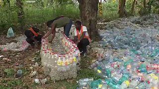 Cameroun : des pirogues à partir de bouteilles en plastique