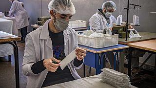 Maroc : des détenus confectionnent des masques sanitaires en prison