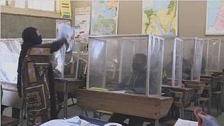 Afrique du sud: des écrans de distanciation pour protéger les élèves du coronavirus