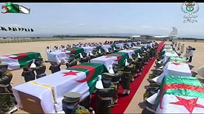 Les Algériens se recueillent sur les restes de combattants anti-coloniaux