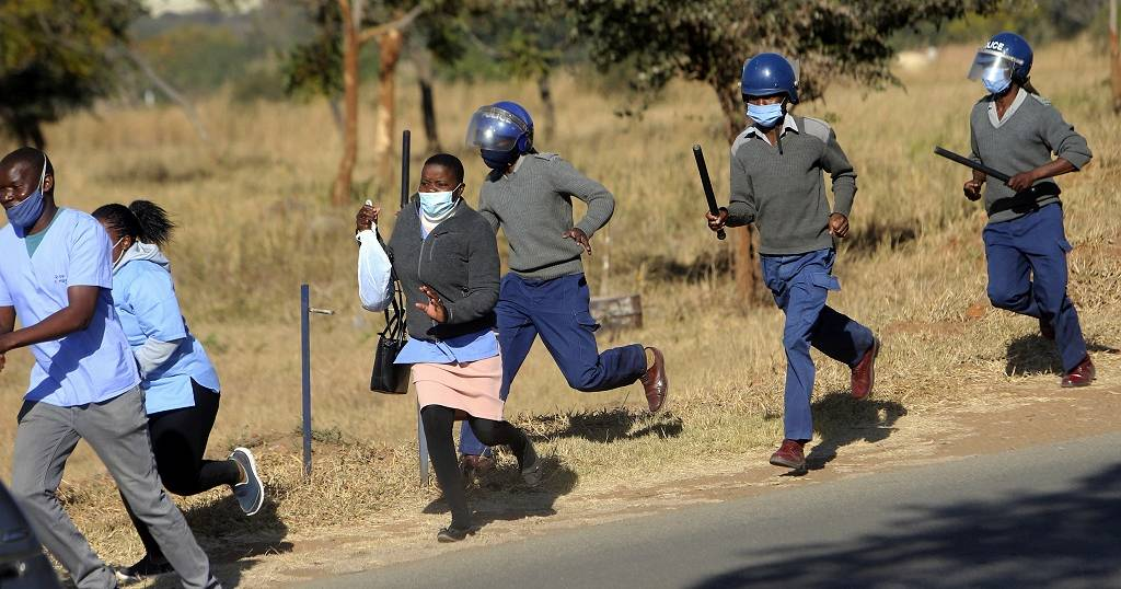 Zimbabwe arrests 100,000 for flouting lockdown rules - Police ...