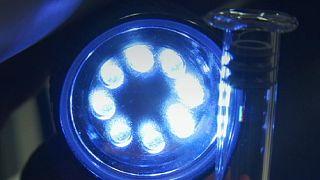 Лазер, рисующий голограмму внутри стекла