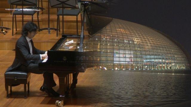 Пианист-виртуоз Юнди Ли в футуристическом пекинском оперном театре