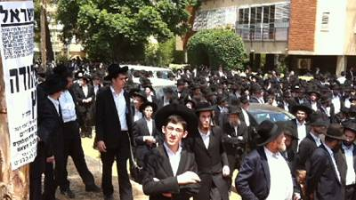 Thousands Attend Rabbi's Funeral