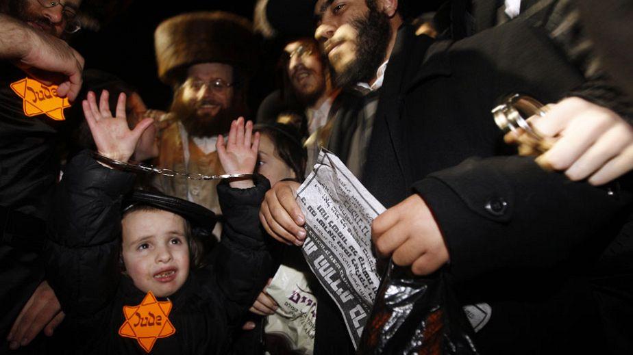 Ultra-orthodoxe Juden provozieren in KZ-Häftlingskleidung