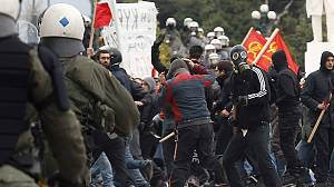 Greece government stuck between protesters and troika