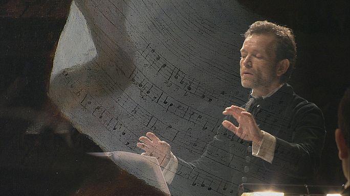 """قائد الأوركسترا: كريستوف روسي """" الموسيقى هي وسيلة لكشف طبيعة الإنسان الحقيقية"""""""