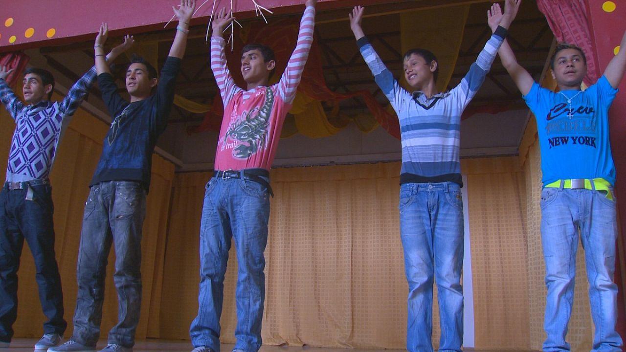 جوانان کولی با کمک تئاتر با جامعه رابطه برقرار می کنند