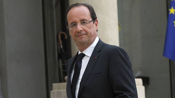 Hollande rolls back Sarkozy's retirement reforms