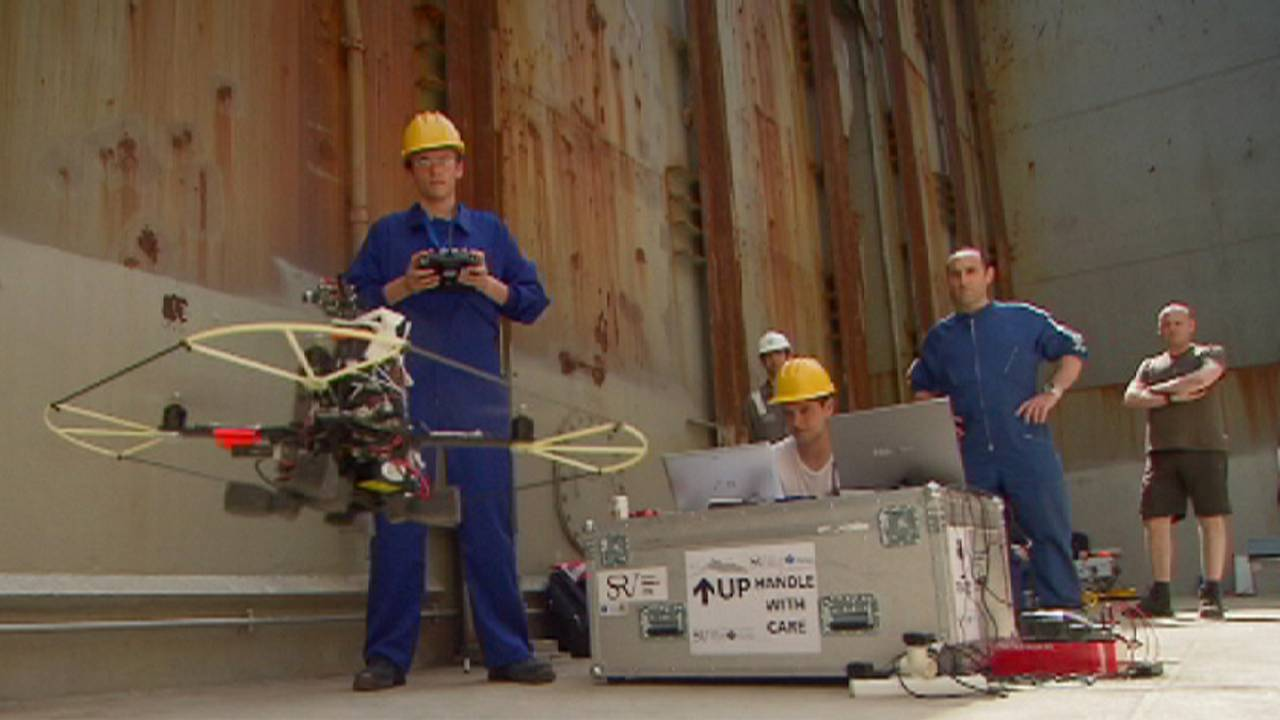 روبوت يقوم بفحص السفن الضخمة