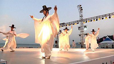 Tänzer in Südkorea umarmen den Ozean