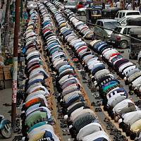 Kashmiri Muslims pray at the start of Ramadan