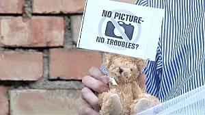 Belarus: Reporters protest over teddy bear arrest