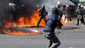 Anúncio de novo pacote de austeridade em dia de greve geral incendeia Grécia