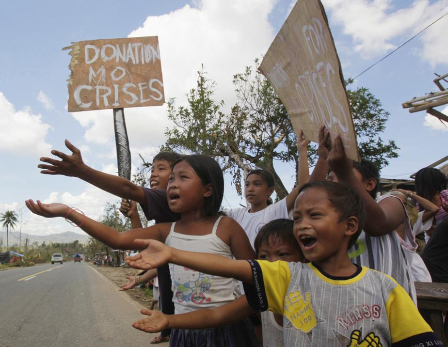 Filipino children appeal for food on roadside