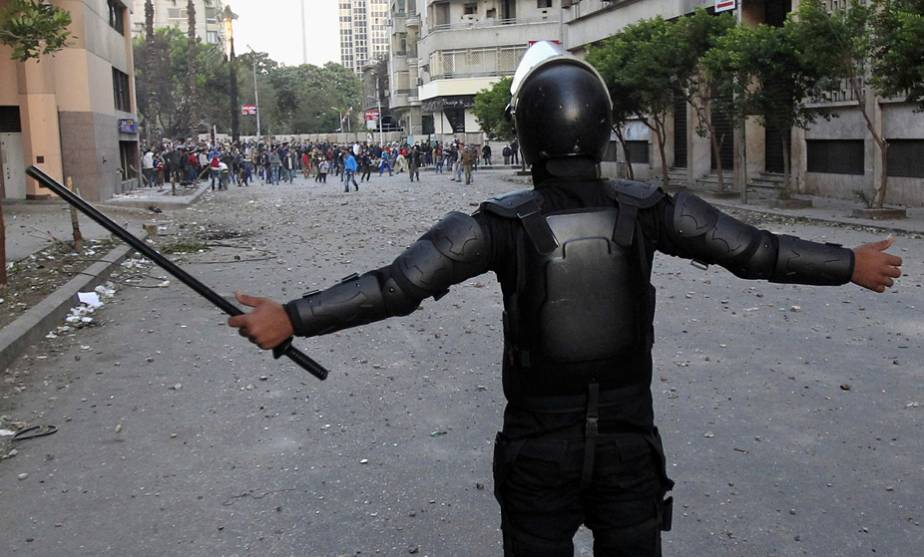 Egyptian riot police officer defies anti-Mursi protesters