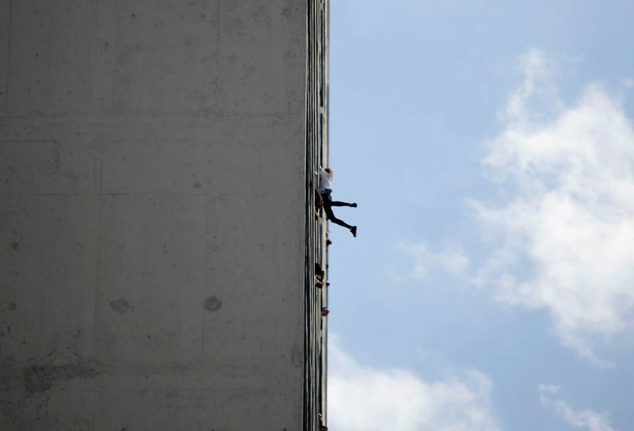 French 'Spider-Man' climbs Havana hotel