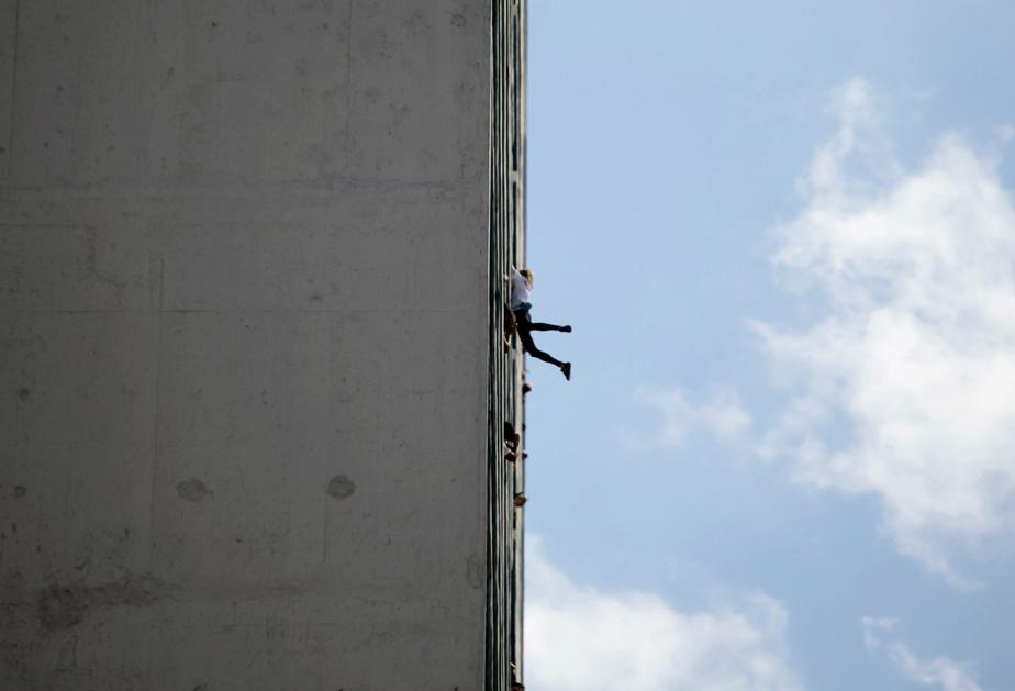 French 'Spider-Man' climbs Havana hotel