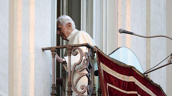 وسط تأثر واضح ، البابا بنيديكتوس السادس عشر يغادر الكنيسة الكاثوليكية