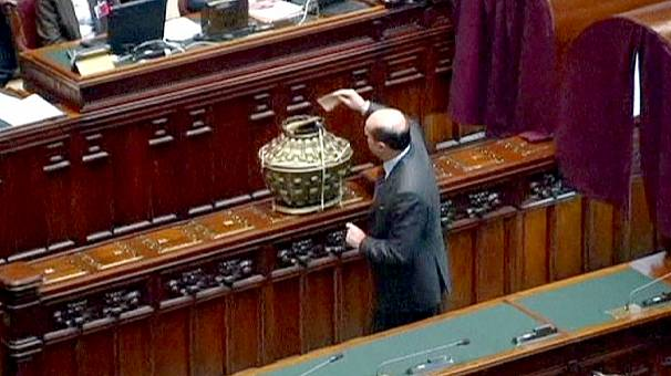 First sitting of Italian parliament ends in stalemate
