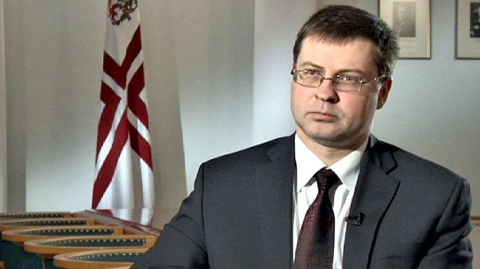 """Премьер Латвии: """"Евро так же стабилен, как и доллар США"""""""