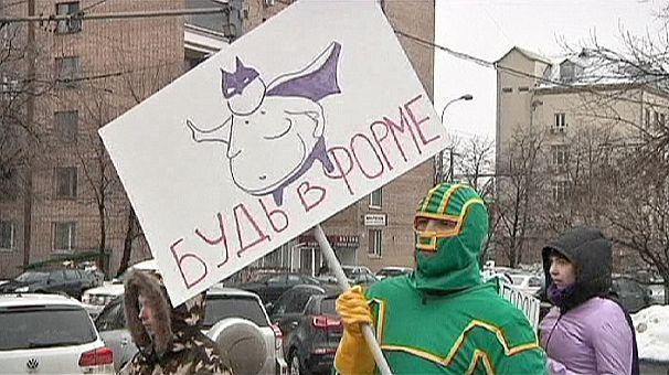 Russia: contro i grassi scendono in strada i supereroi