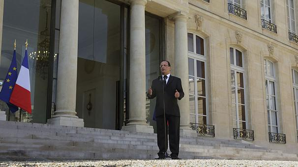 Hollande calls for calm as gay marriage opponents vow to fight on in France