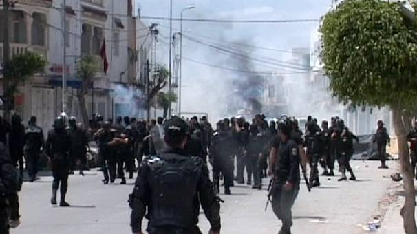 Clashes leave casualties in Tunisia as radical Islamists defy protest ban