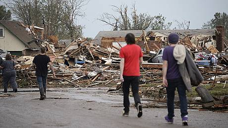 Frantic search for survivors in tornado-hit Oklahoma