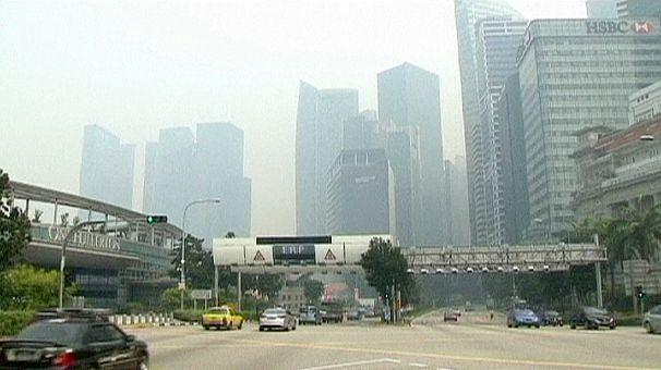 Singapore avvolta da una nuvola di smog