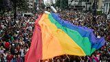 """Rétromachine : le drapeau arc-en-ciel est créé pour la """"gay and lesbienne freedom day parade"""" de San Francisco"""