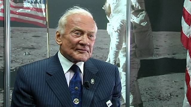 A holdraszállás után a Mars felé kacsintgat Buzz Aldrin