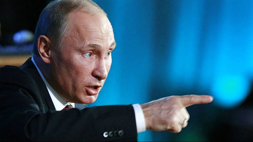 Poutine promulgue une loi interdisant les adoptions pour les couples homosexuels étrangers