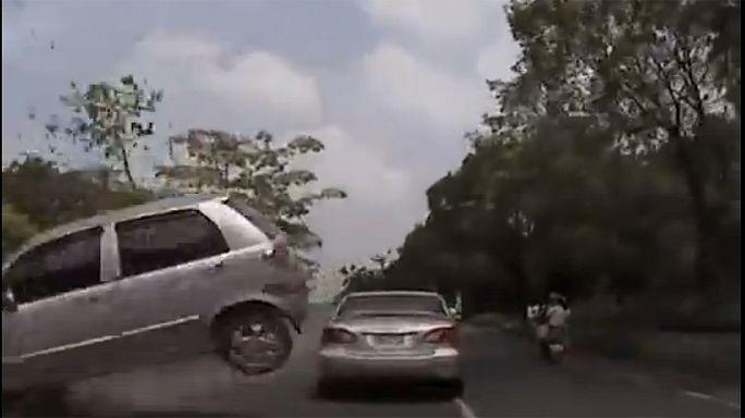 Une voiture s'écrase sur un pare-brise