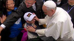 world Papież Franciszek i ogromny tłum młodzieży na plaży Copacabana