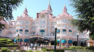 Baisse de la fréquentation de Disneyland Paris, la crise et la météo pointées du doigt