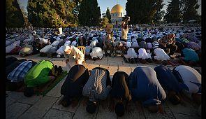 Muslims break fast after Ramadan as Eid al-Fitr festival gets underway