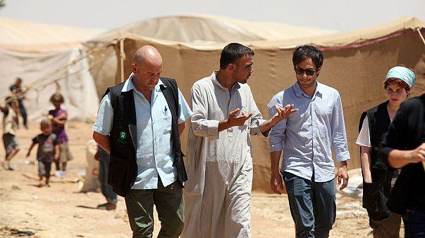نجم هوليود غارسيا بيرنال يزور لاجئين سوريين في الاردن