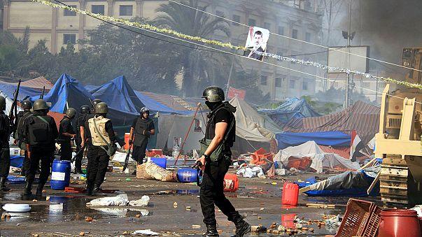 الجيش المصري يفض اعتصامي انصار مرسي وحصيلة القتلى في ازدياد