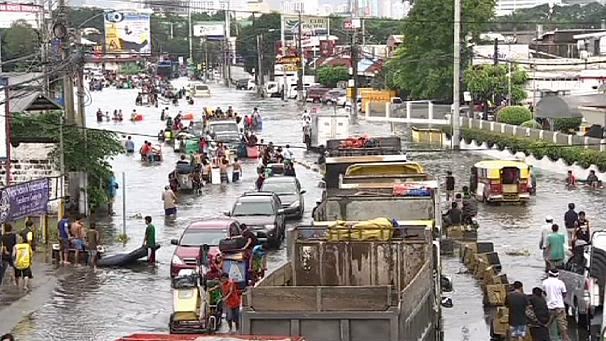 Floods cause chaos in Manila