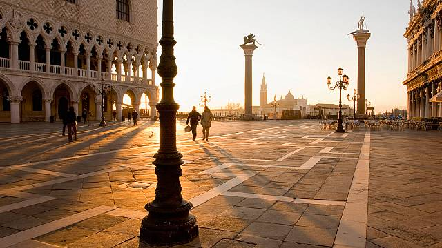 Venice tourists  get shock by 100 euro bill at outdoor Café