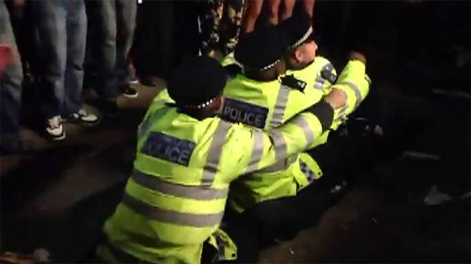London police officers treat carnival crowd to impromptu dance-off