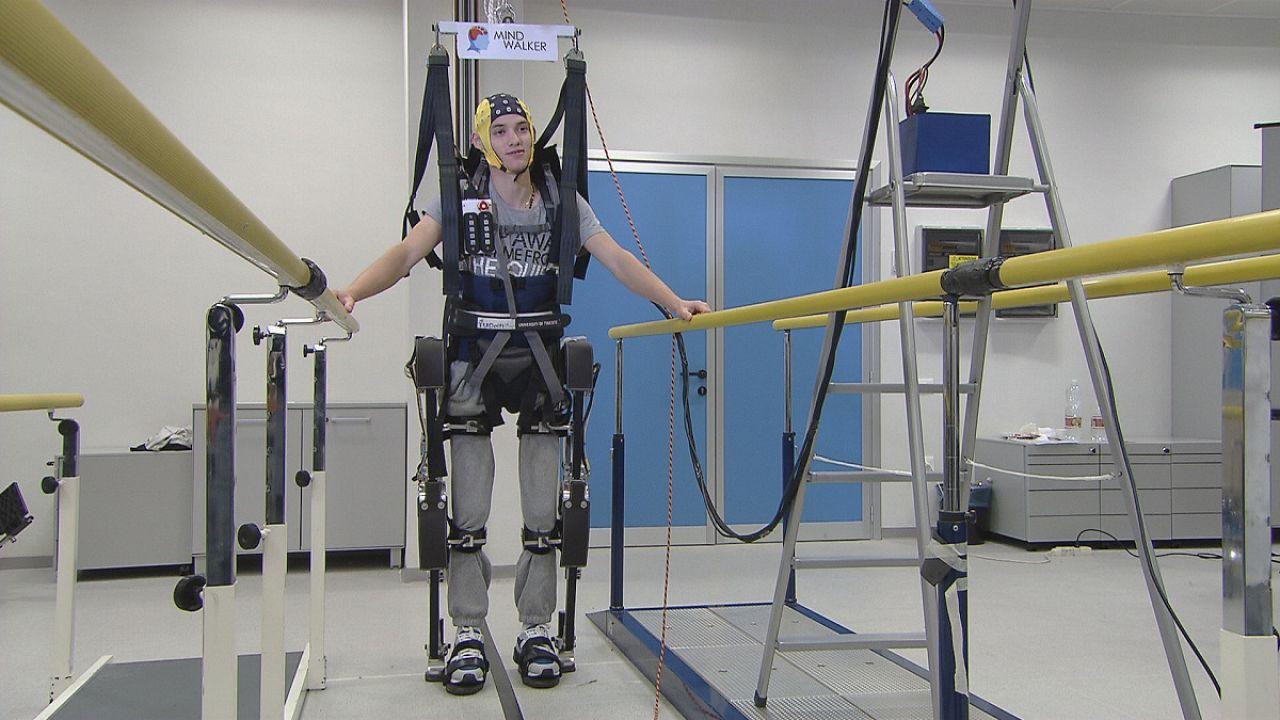 Agyhullámokkal mozgatott műcsontváz a mozgássérültekért