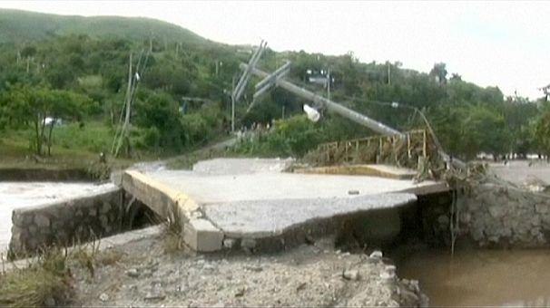 Storm-ravaged Acapulco battles looters and alligators